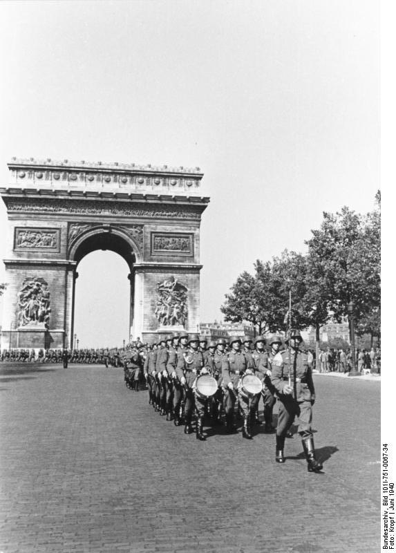 Paris, Parade deutscher Soldaten . Bundesarchiv, Bild 101I-751-0067-34 / Kropf / CC-BY-SA via Wikimedia Commons
