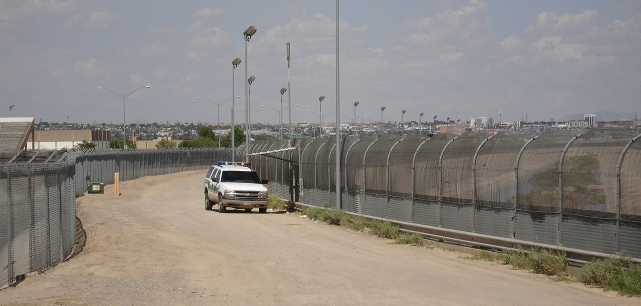1280px-US-Mexico_border_fence