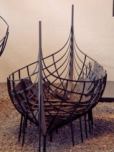 Skuldelev VI: Ein wikingerzeitliches Ruder- und Segelboot, das im Roskilde-Fjord in der Nähe von Skuldelev gefunden wurde. Photo by y Casiopeia. CC-BY-SA-2.0-de via Wikimedia Commons