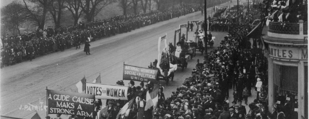 1260px--The_Great_Procession_and_Women's_Demonstration-,_1909_on_Princes_Street,_Edinburgh