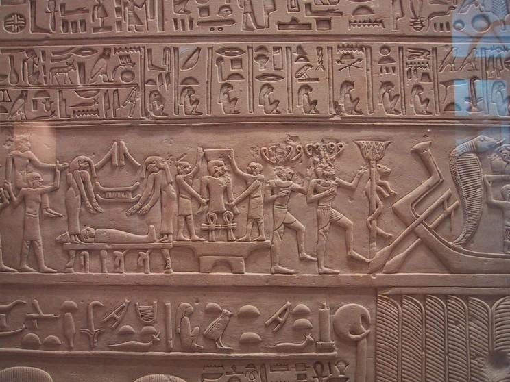 Abkaou, reçoit ses offrandes. 11e dynastie. Louvre Museum. Photo by Rama. CC BY-SA 2.0 FR via Wikimedia Commons.