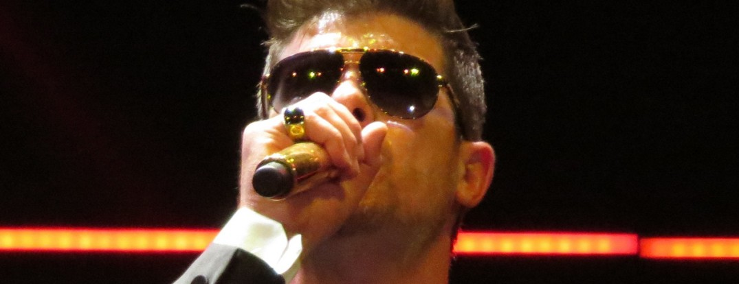 Robin_Thicke_performing