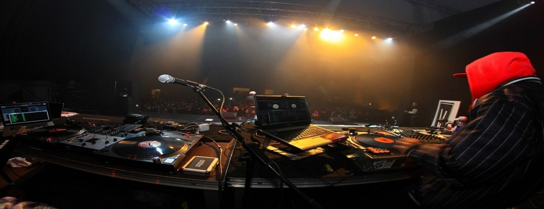 Concert Scene Dj Music Rap Hip Hop Scenequipmente by jorgejimenez, CC0 1.0 Universal (CC0 1.0) via Pixabay.