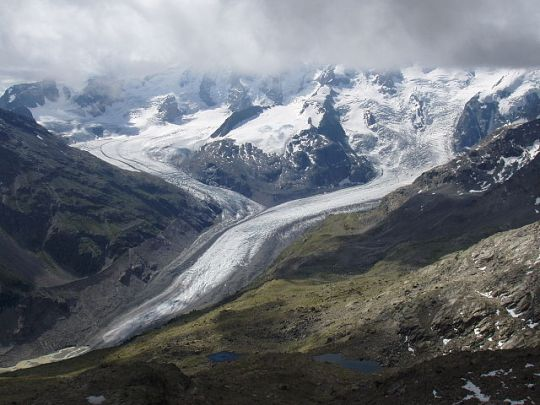 Morteratsch (right) and Pers (left) glaciers in 2005. Photo by Günter Seggebäing CC-BY-SA-3.0 via Wikimedia Commons.